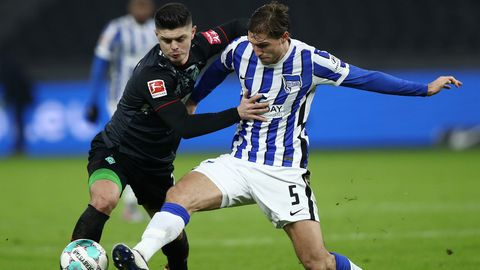 Herthas Niklas Stark im Duell um den Ball mit Milot Rashica von Werder Bremen. Am Ende kassieren die Berliner eine 4:1-Klatsche.