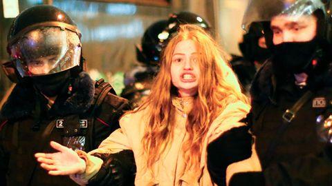Eine junge Frau wird während eines Protestes gegen die Inhaftierung des Oppositionsführers Nawalny in Moskau festgenommen