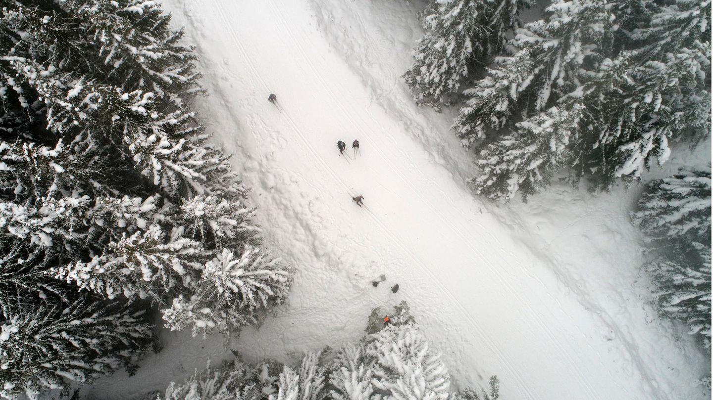 Nur vereinzelt sind Skiläufer auf den Loipen des Harzes unterwegs, wie hier auf diesem Drohnenfoto beiSchierke