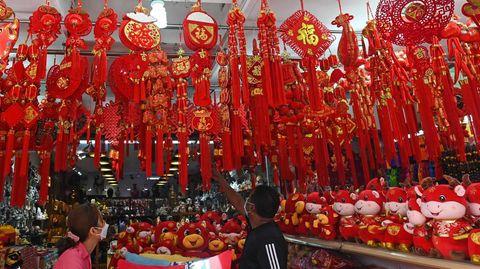 """Singapur, Singapur. Mitte Februar stehendie Feiern zum chinesischen Neujahr an. In dem asiatischen Stadtstaat ist das eine große Sache. Die ersten beiden Tage des neuen """"Mondjahres"""" sind Feiertage. Begrüßt wird der Jahreswechsel mit üppiger Dekoration. Dieser Laden im chinesischen Viertel ist für den in den kommenden Tagen zu erwartenden Andrang von Kunden bestens gerüstet."""