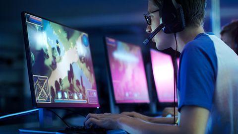 Ein Gamer sitzt vor einem 144-Hertz-Monitor