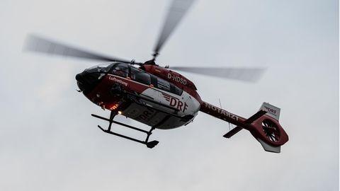 Ein Rettungshubschrauber fliegt unweit der Steinmetzstraße in Schöneberg, Berlin