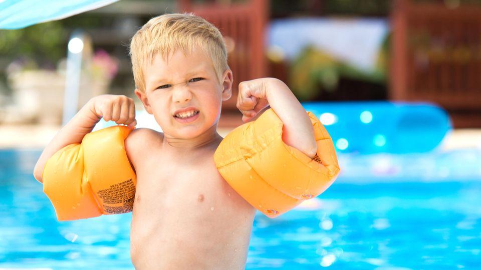 Ein Junge mit Schwimmflügeln