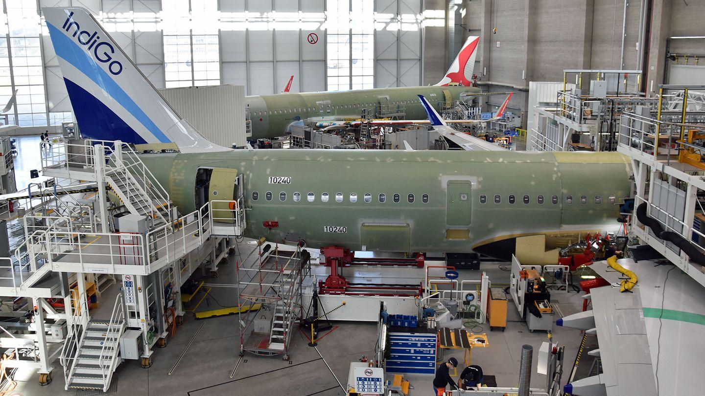 Blick in die Endmontagehalle der Produktionslinie 4 iin Finkenwerder: Durch die Coronakrise und die verzögerte Auslieferung wurde die Produktionsrate auch im Hamburger Airbus-Werk gedrosselt..