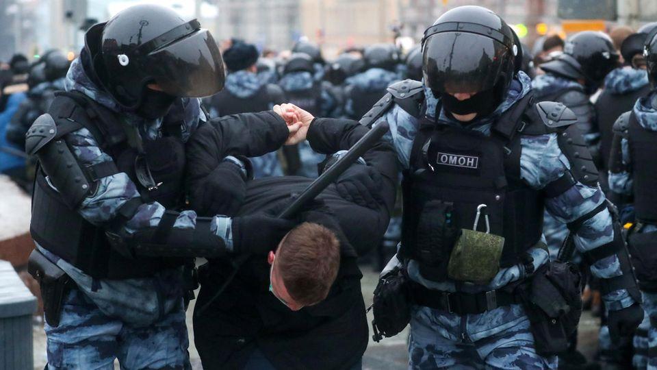 Proteste in Russland: Kräfte der Omon-Sondereinheit führen einen Demonstranten ab