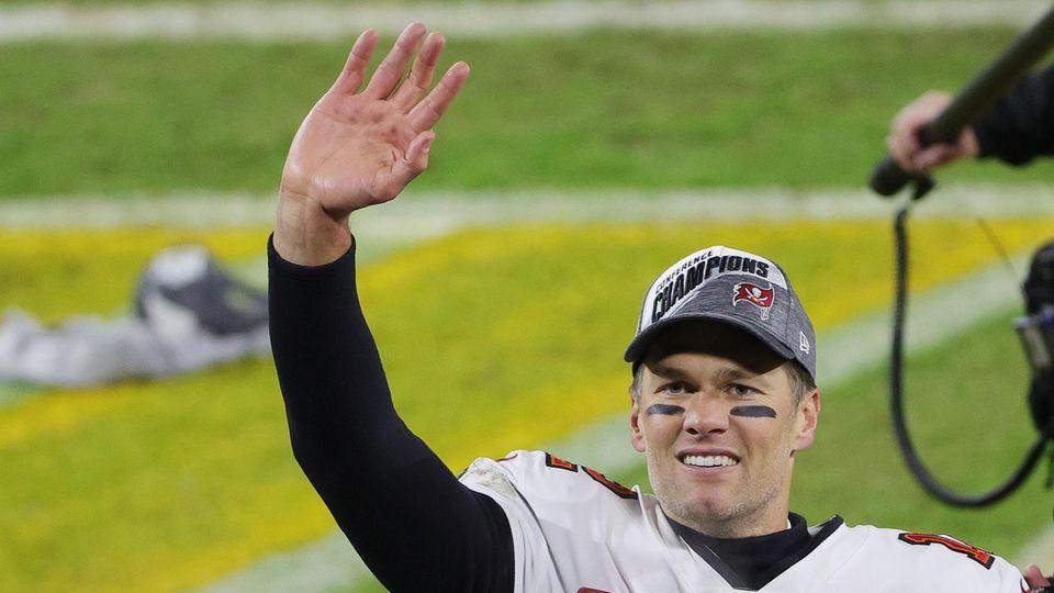 Tom Brady winkt