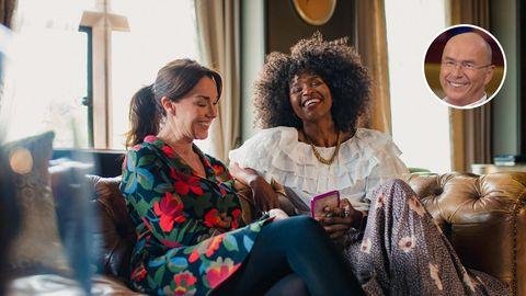 Zwei Frauen sitzen auf einem Sofa und lachen