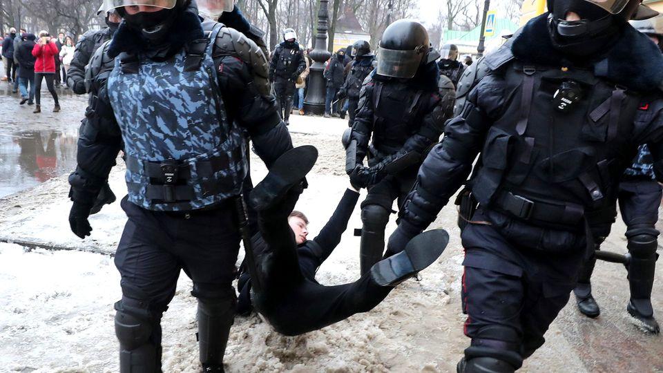 Proteste in Russland: In Sankt Petersburg wird ein Demonstrant mit Gewalt festgenommen