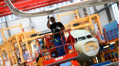 Einer der Endmontagelinienim Airbus-Werk in Hamburg-Finkenwerder