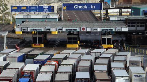 Lkw vor dem Hafen von Dover. Wegen desBrexitverlässt die Hälfte aller Lkw Großbritannien Richtung Festland ohne Ladung.