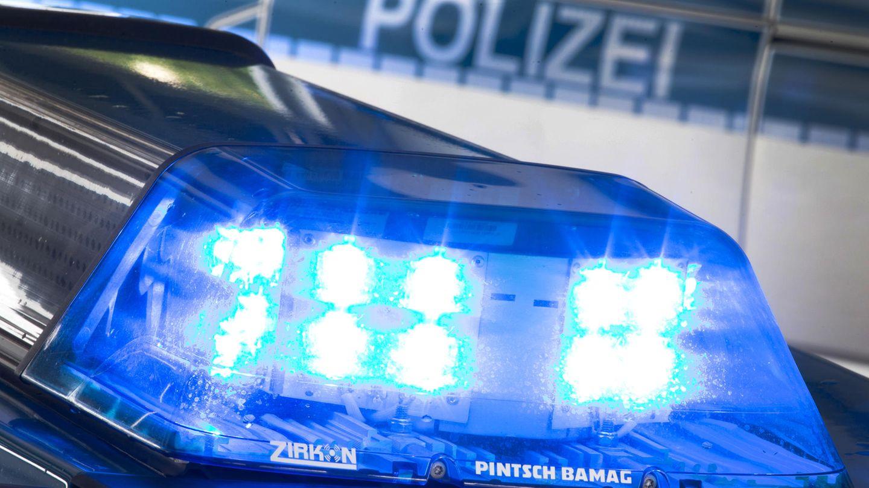 Ein Blaulicht leuchtet am auf dem Dach eines Polizeiwagens.