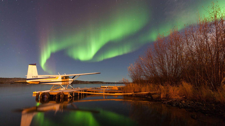 Bild 1 von 20der Fotostrecke zum Klicken: Eine vorübergehende Erscheinung am Winterhimmel sind die Polar- oder auch Nordlichter genannten Lichtspiele am Winterhimmel, wie hier an einem See in der endlosen Weite der kanadischen Northwest Territories.