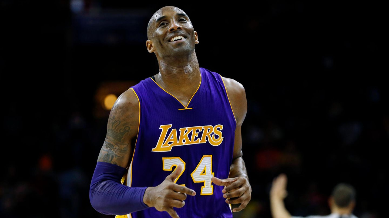 Kobe Bryant von den Los Angeles Lakers läuft lächelnd zur Bank während eines NBA-Basketballspiels gegen die Philadelphia 76ers