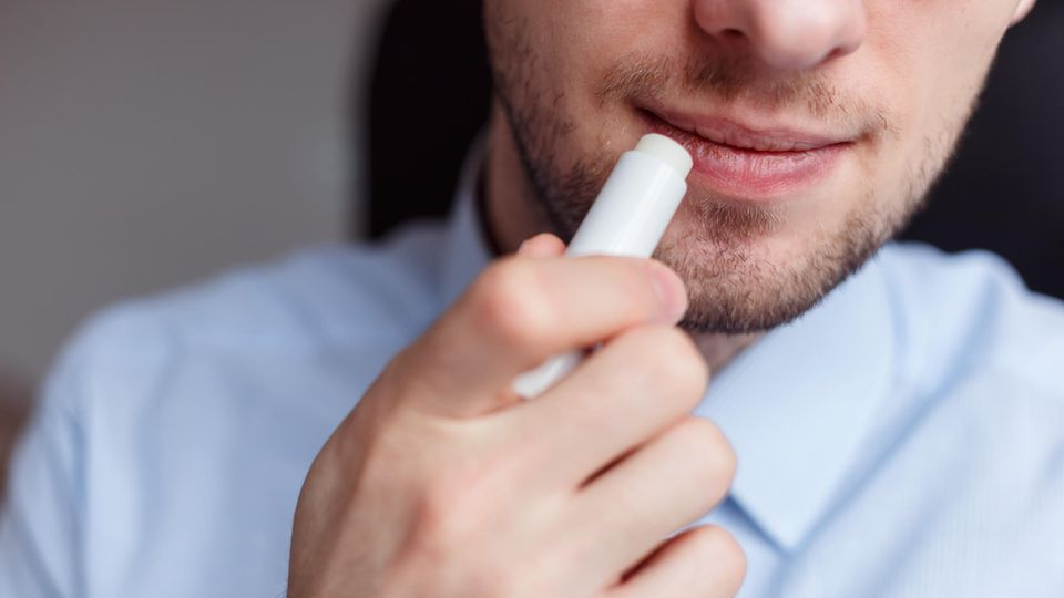 Lippenbalsam versorgt trockene Lippen im Winter mit Feuchtigkeit.