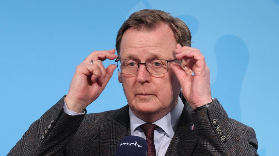Bodo Ramelow fasst sich an die Brille