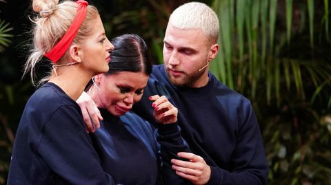 """Gar nicht happy: Djamila Rowe muss von Prinzessin Xenia von Sachsen und Filip Pavlovic getröstet werden. Bei ihrer zweiten Prüfung wird das vorerst letzte Team von """"Ich bin ein Star - Die große Dschungelshow"""" auf eine harte Probe gestellt."""