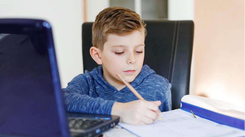 Ein Kind lernt am Computer für die Schule. Ohne einen PC für Schüler wäre das nicht möglich.