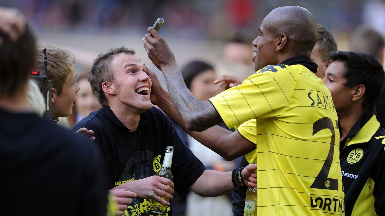 Kevin Großkreutz lässt sich von Felipe Santana den Kopf rasieren
