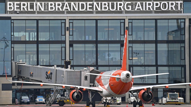 Ein Passagierflugzeug vonEasyjet steht an einem Gate am Terminal 1 vom Hauptstadtflughafen Berlin Brandenburg Willy Brandt