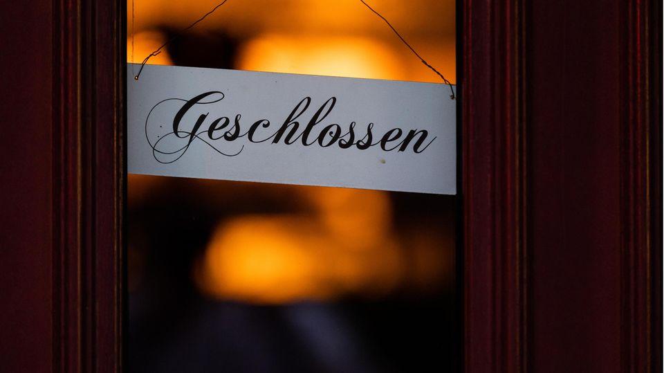 Ein Schild mit der Aufschrift «Geschlossen» hängt an der Eingangstür eines geschlossenen Restaurants
