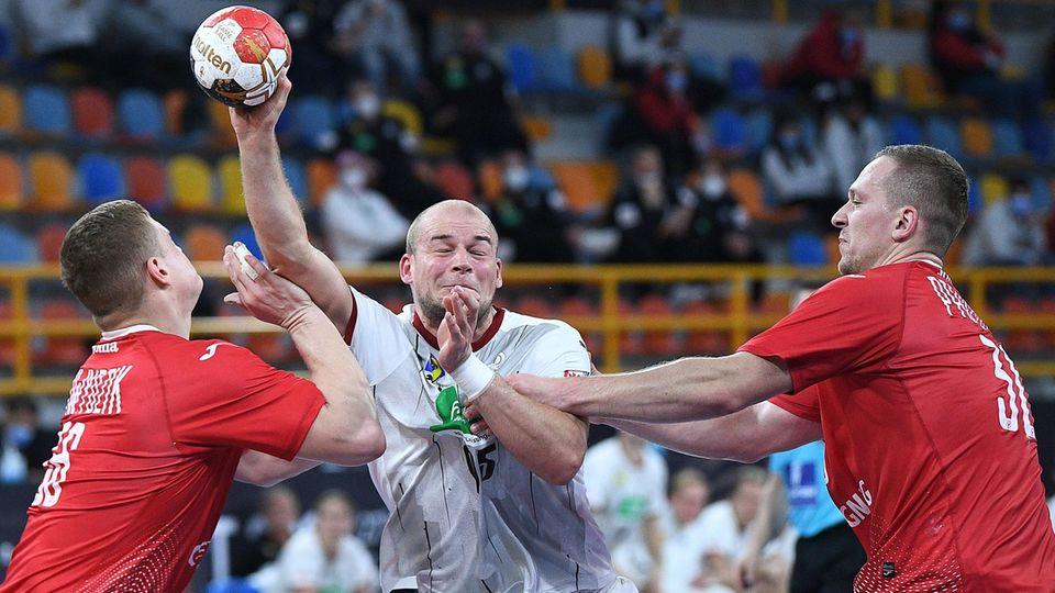 : Rückraumspieler Paul Drux läuft sich in der polnischen Deckung fest