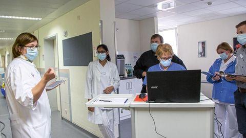 Klinik-Leiterin Raab (l.) in einer Teambesprechung