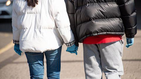Ein Paar geht händchenhaltend durch die Stadt