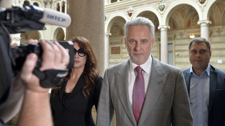 Der ukrainische Oligarch DmytroFirtasch (m.)imJuni 2019 vor Verhandlungsbeginn im Justizpalast in Wien