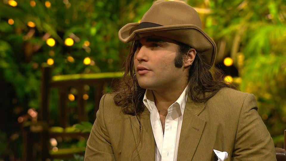 Mit Cowboyhut und langen Haaren: David Ortega Arenas als Gast in der Dschungelshow