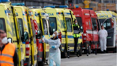 Vor den Krankenhäusern in Lissabon stehen die Ambulanzwagen mit COVID-19-Patienten Schlange
