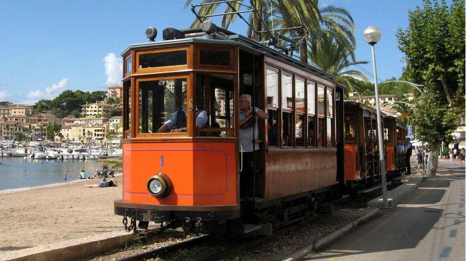 """Die als """"Roter Blitz"""" bekannte Straßenbahn fährt durch Port de SÓller. Die Coronakrise könnte Palma de Mallorca ein neues Verkehrsmittel bescheren."""