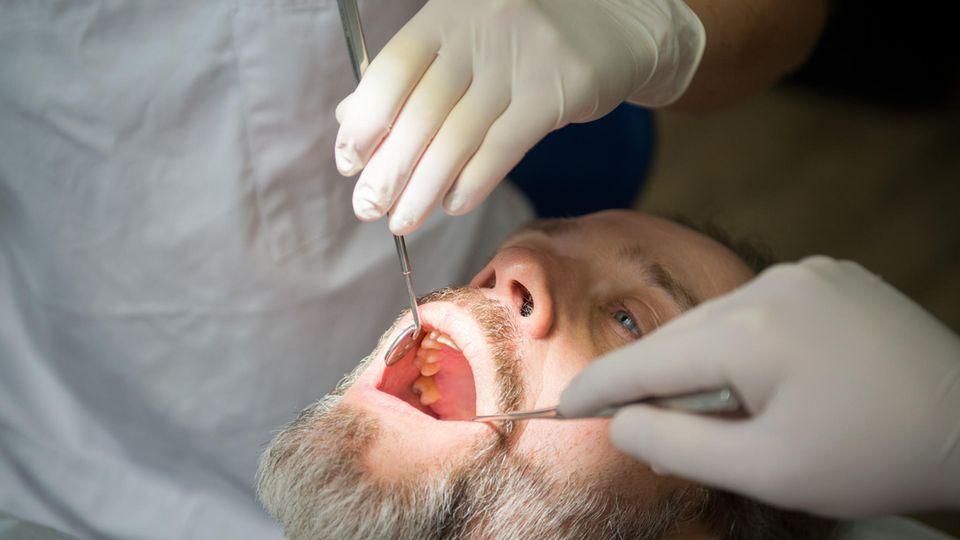Ein Mann beim Zahnarzt