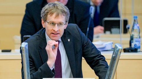 Daniel Günther (CDU), Ministerpräsident von Schleswig-Holstein, spricht im Plenarsaal des Landtags