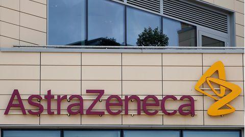 Das Firmenlogo des Pharmakonzerns AstraZeneca über dem Eingang des Unternehmens.