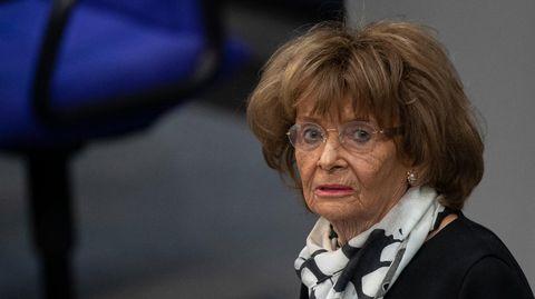 Charlotte Knobloch, eine ältere Frau mit braunen Haaren und Brille, steht am Rednerpult des Bundestages und schaut nach links