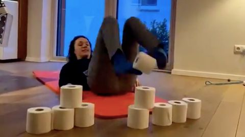 Hessische Ministerin trainiert ihre Bauchmuskeln mit Klopapier