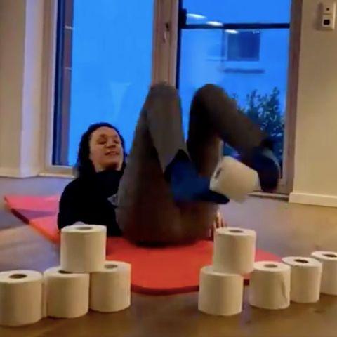 Angela Dorn: Hessische Ministerin trainiert ihre Bauchmuskeln mit Klopapier – und teilt ein lustiges Video