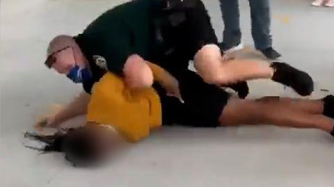 Polizist wirft Schülerin kopfüber zu Boden