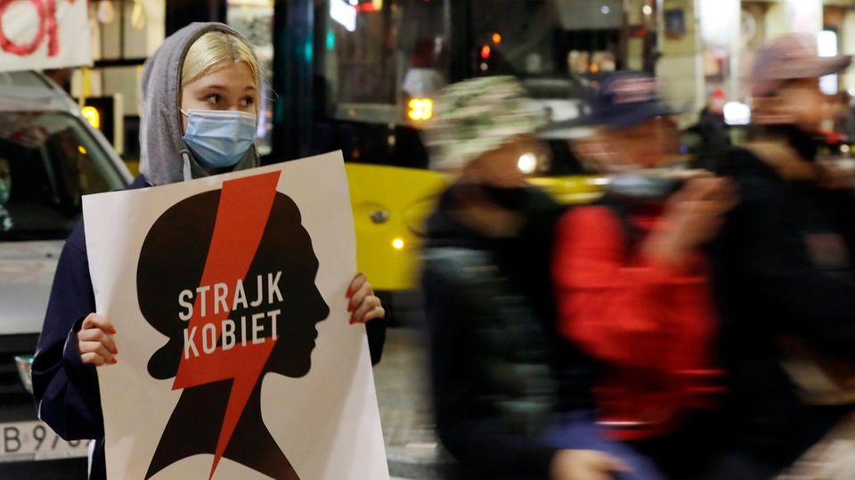 Polen, Warschau: Eine Demonstrantin hält ein Plakat