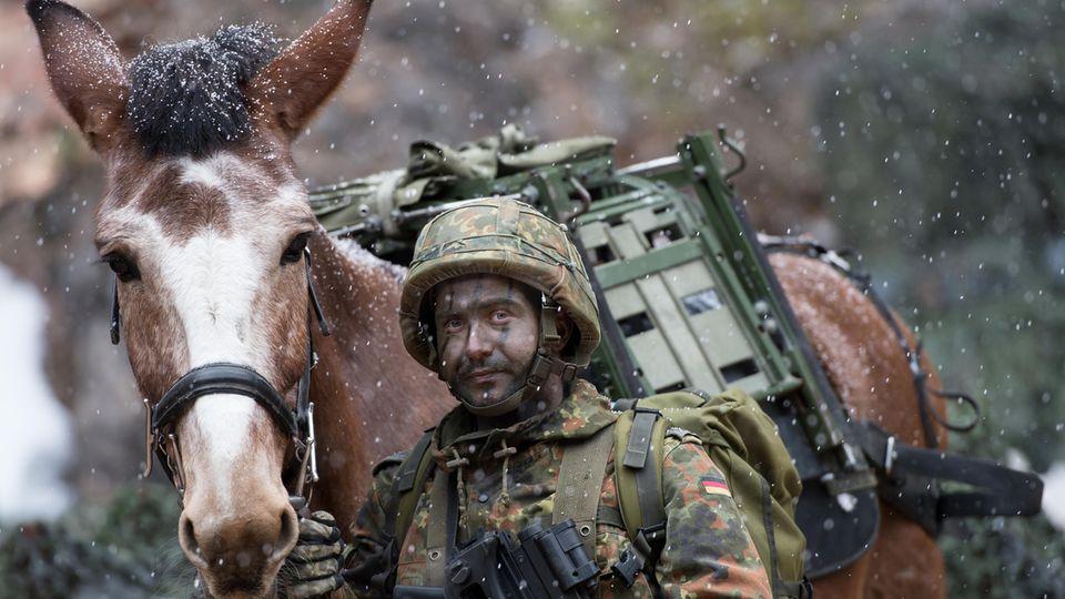 Bundeswehrsoldat mit Maultier