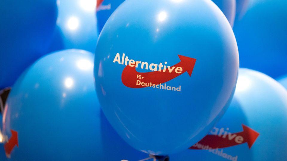 Luftballons mit dem Logo der AfD