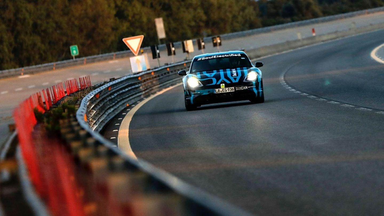 Auch der Porsche Taycan musste sich auf dem Hochgeschwindigkeitsareal bewähren