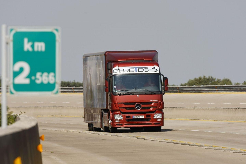 Der Mercedes Actros schafft 2008 eine Strecke von 12 728 94 km und braucht dabei nur 19 44 Liter Diesel pro 100 km. Rekord.
