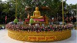 """Phnom Penh, Kambodscha. Ein Mönch hält am Feiertag """"Magha Puja"""" sein Morgengebet neben einer Buddha-Statue in der kambodschanischen Hauptstadt."""