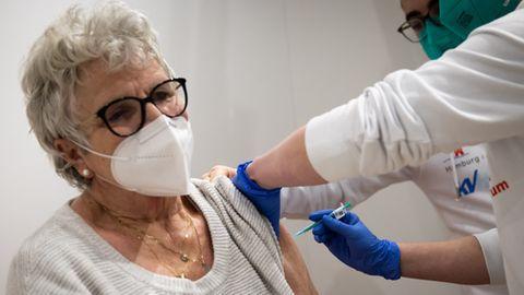 Eine 83-Jährige wird in Hamburg gegen das Coronavirus geimpft