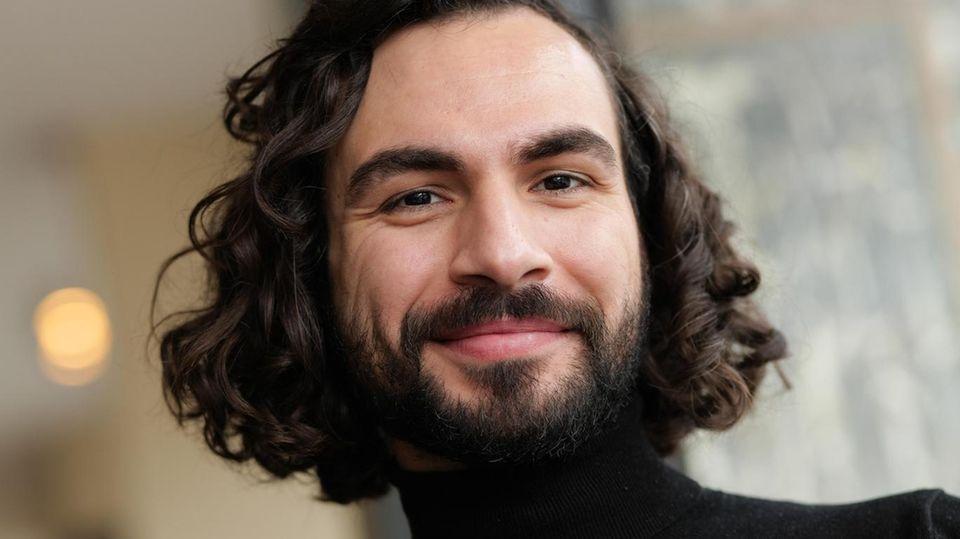 """Abdullah Kenan Karaca wurde 1989 in Garmisch-Partenkirchen geboren. Nach dem Abitur wurde er 2009 Regieassistent am Münchner Volkstheater und arbeitete bei den Salzburger Festspielen als Regieassistent beim """"Jedermann"""" unter Christian Stückl"""
