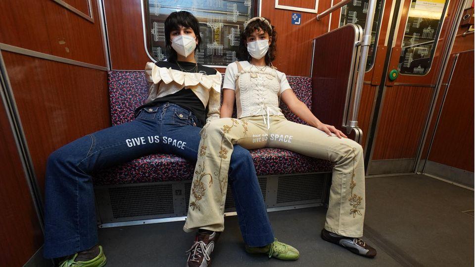 Manspreading: Berlinerinnen entwerfen Mode gegen Männer, die sich breit machen