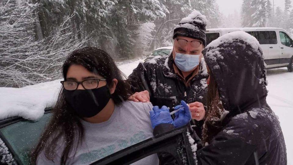 Mitarbeiter des Josephine-County-Public-Health-Department impfen eine Autofahrerin