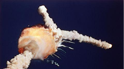 Am blauen Himmel ist ein Feuerball zu sehen, von dem zwei weiße Rauchspuren wegfliegen