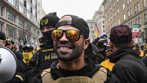 Enrique Tarrio, Anführer der Proud Boys, steht während eines Protests am 12. Dezember 2020 in Washington, DC, vor einer Bar